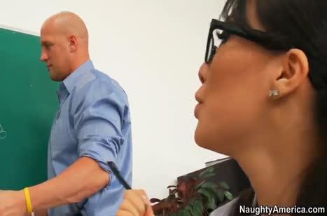 Студентка Asa Akira отрабатывает отметки дырками