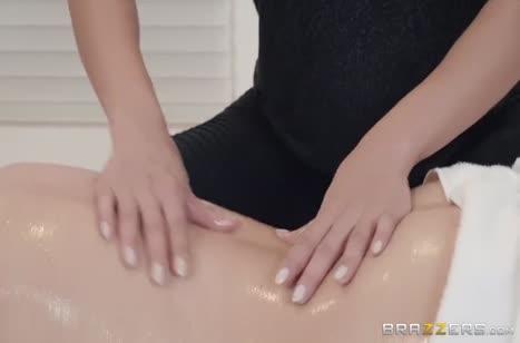 Две миловидные подружки устроили развратный секс массаж