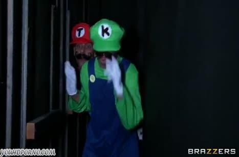 Красивая принцесса трахается с братьями Марио