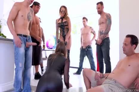 Бабенки одели секс костюмы и оказались в толпе мужиков