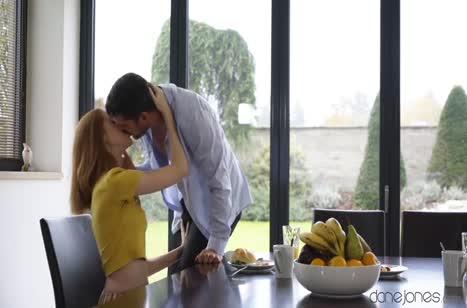 Рыжая подружка во всю трахается с парнем на кухне