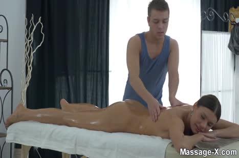 Милая Kitana Lure с большой грудью шпилится с массажистом