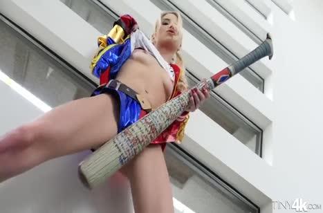 Блондинку в развратном прикиде пристроили на большой хер