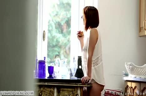 Молодая Tina Hot красиво приласкала свою киску