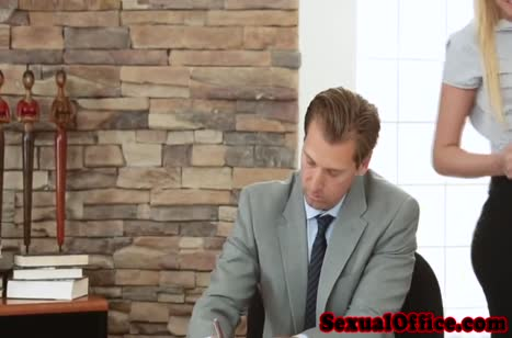 Блондинка Vanessa Cage раздвигает ноги на офисном столе