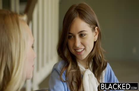 Хрупкие девочки ласково обращаются с черным пенисом
