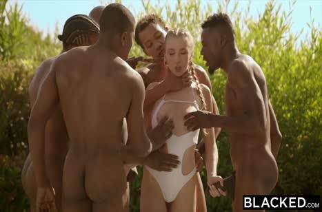 Симпатичные подружки устроили секс вечеринку с черными