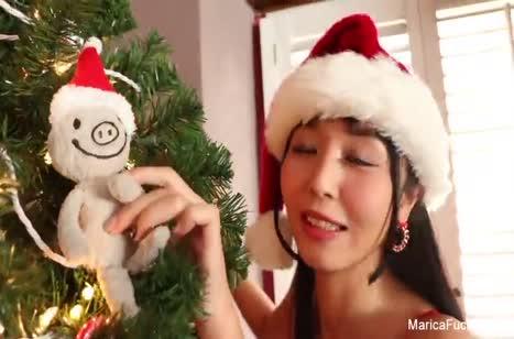 Азиатка в новогоднем наряде опробовала новый вибратор