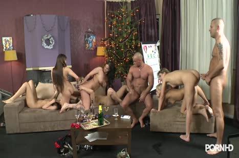 Бабенки на новогодней вечеринке устроили классную групповуху №3