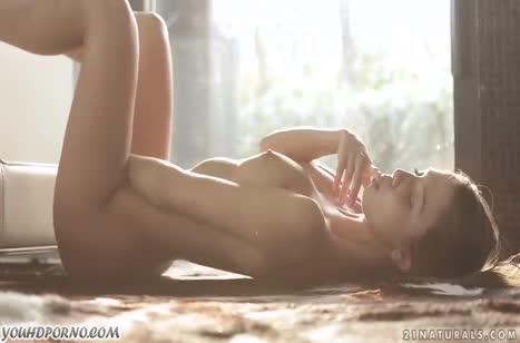 Симпатичная русская деваха красиво мастурбирует до оргазма №5