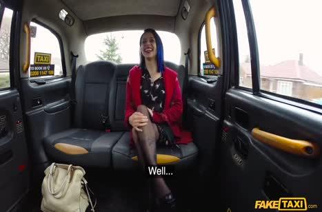 Боевой таксист трахнул бабенку в анал в машине
