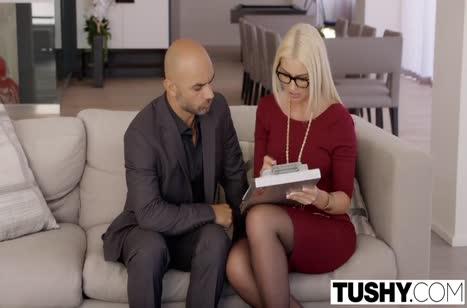 Соблазнительная блондинка легко заводится на секс